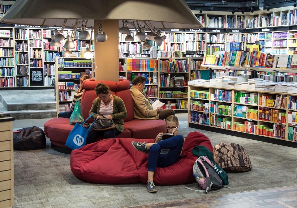 We kopen graag een boek maar via de bieb gaan we voor het e-book