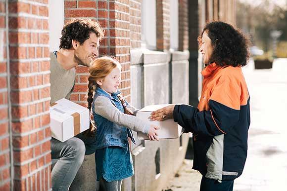 Bezorgers van Post NL nemen aan de deur retourpakketten mee terug