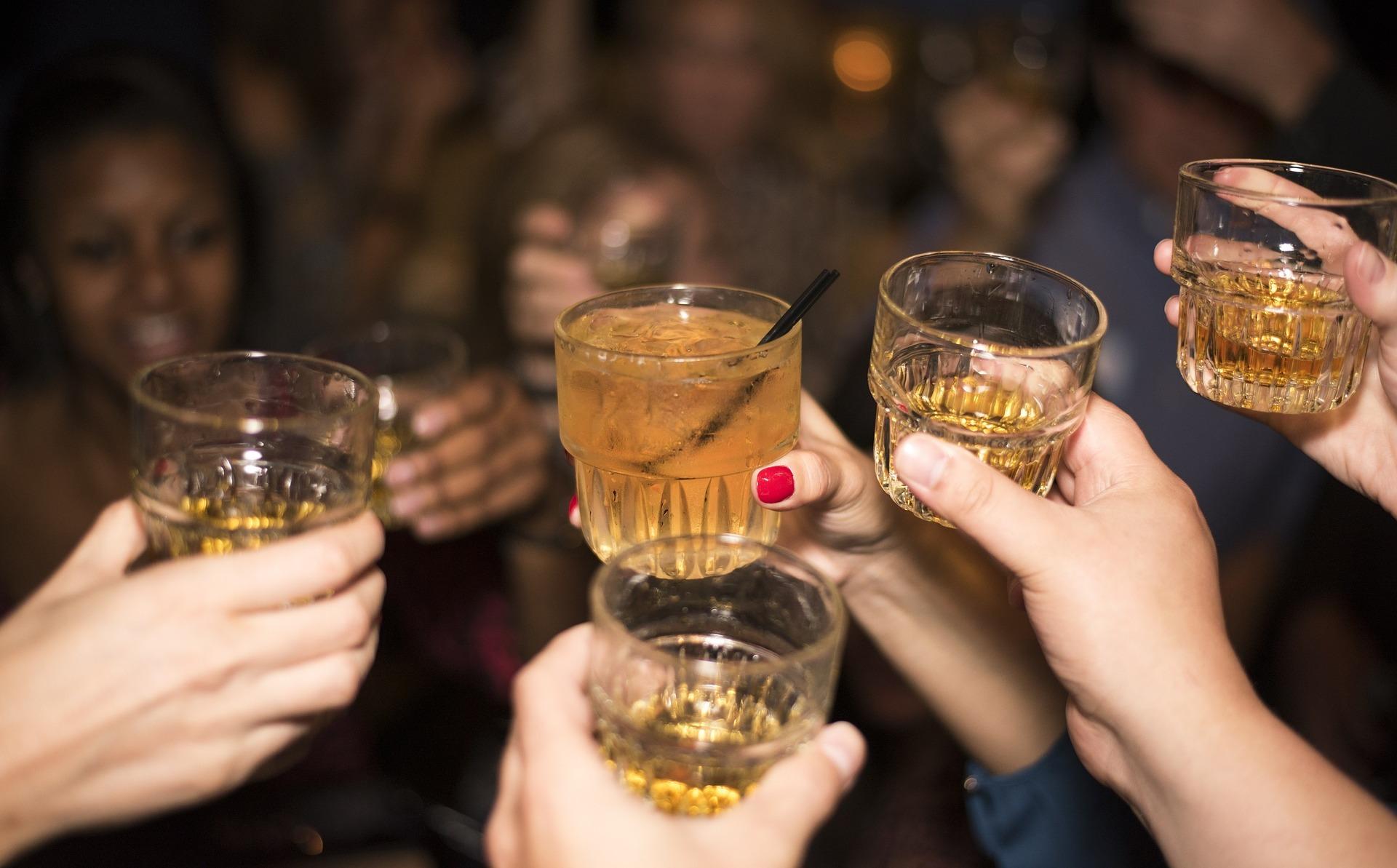 Bijna 1 op de 10 volwassenen is 'zware drinker'