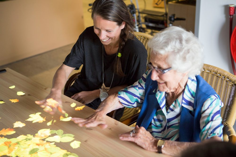De Tovertafel brengt mensen met een dementie in beweging