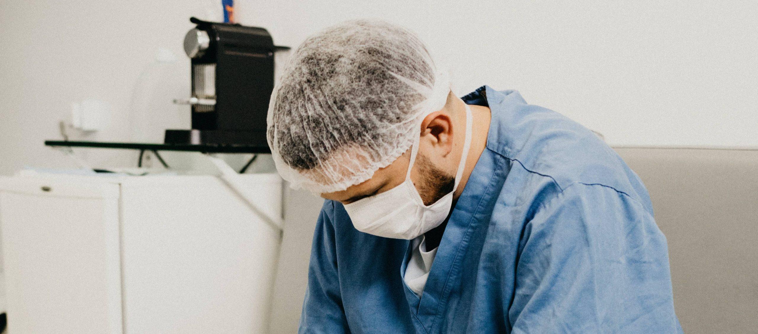 Kwart zorgmedewerkers stopt als stressklachten niet verminderen
