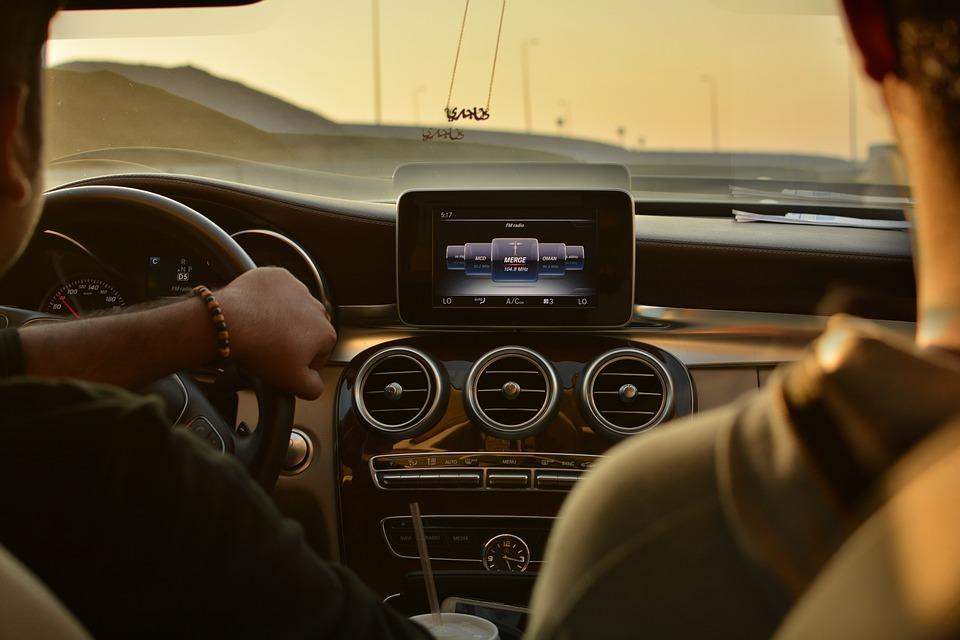 Waar zit je het meest veilig in een auto?