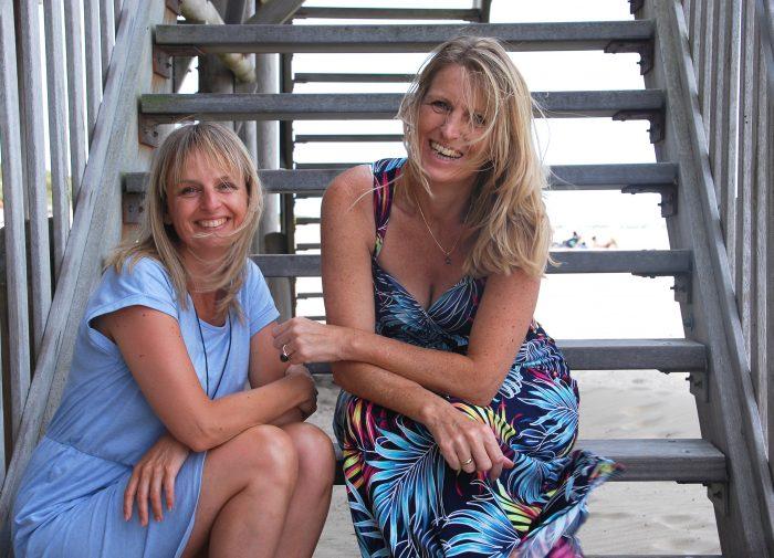 Margot en Natasja op het strand