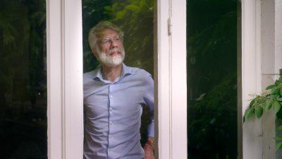 Erik voor het raam