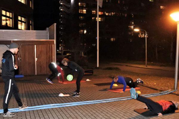 Op de parkeerplaats: sporten kun je overal. Links personal trainer Tijn Dijksma. Foto: Jan Dijksma