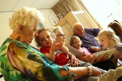 ouderen en kinderen samen