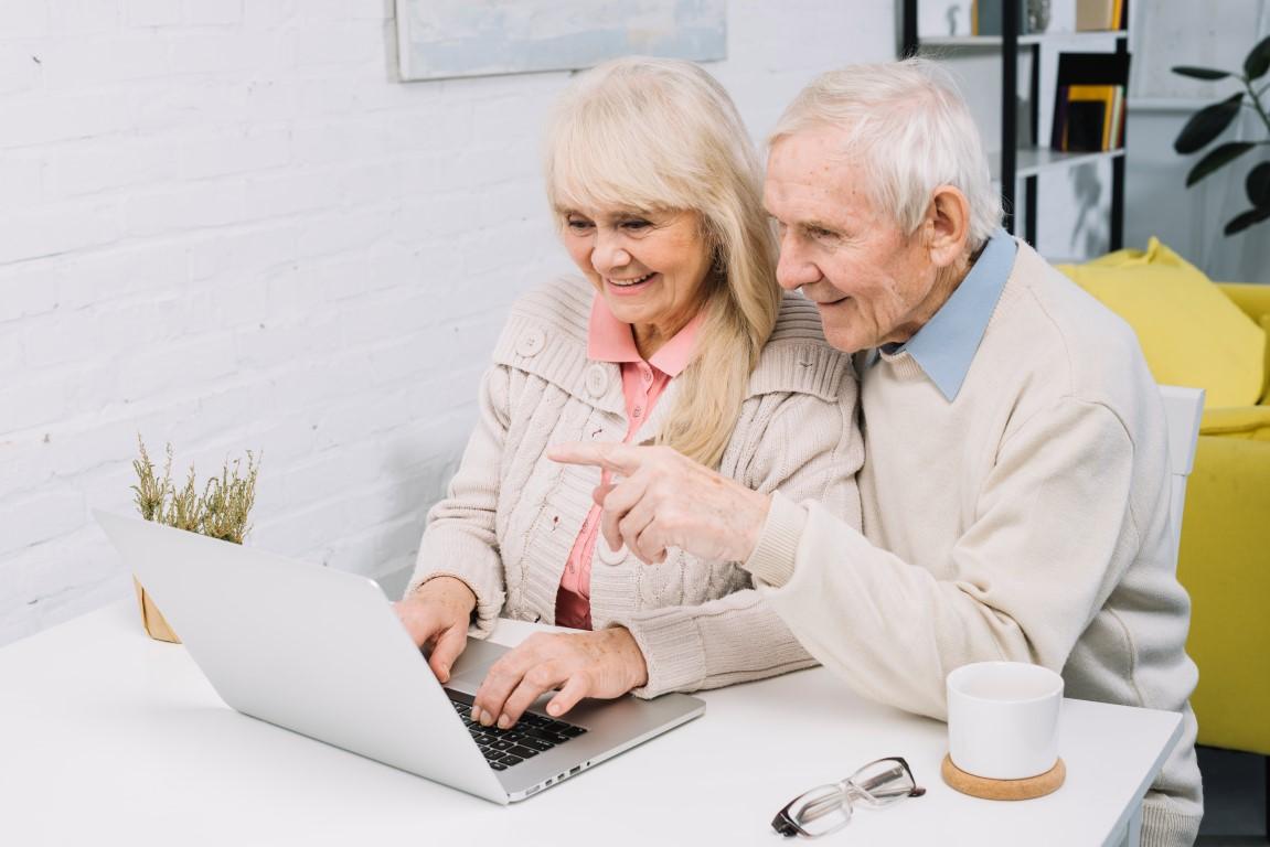 Gratis online lesprogramma om ouderen digitaal vaardig te maken